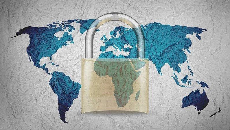 Zertifikat: grosses Vorhängeschloss vor einer Weltkarte auf Stoff